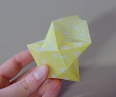 Origami Sterne 3D falten Faltanleitung Lichterkette basteln Sterne selber machen Anleitung DIY kostenlos Zacken formen 4 Diy And Crafts, Crafts For Kids, Arts And Crafts, 3d Origami Schwan, Origami Cards, Ritz Crackers, Home Decor Wall Art, Kids House, Craft Tutorials