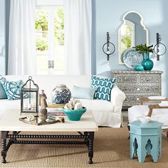 Une #déco #marocaine pour le #salon ! #bleu #blanc #décoration http://www.m-habitat.fr/par-pieces/salon-et-salle-a-manger/decorer-un-salon-oriental-3746_A
