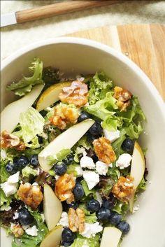 Farverig og lækker pæresalat med feta og karamelliserede valnødder. Salaten ser indbydende ud, og den kan den bruges som tilbehør til det meste.