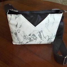 Sac Mambo cousu par Françoise - Tissu(s) utilisé(s) : Simili karia noir et marbre blanc de la Mercerie des Créateurs - Patron Sacôtin : Mambo