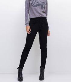 Calça feminina  Modelo Skinny  Cintura Alta  Com detalhes de metais na lateral  Marca: Blue Steel  Tecido: Jeans  Modelo veste tamanho: 36    Veja outras opções de      calças jeans   .     Calça Jeans Feminina - Skinny     A calça skinny é um modelo que caiu no gosto de todas as mulheres, afinal, ela fica bem em todos os tipos de corpos e combina com tudo que é roupa. Mas lembre-se sempre da regra de ouro para compôr looks com esse tipo de calça: calça justa embaixo, a parte de cima deve…