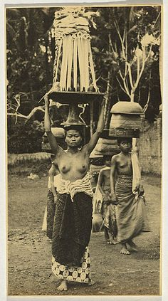André ROOSEVELT, not titled [Balinese women in procession carrying offerings on their heads]