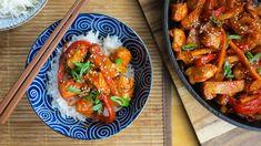 Tohle jídlo jsem doposud ochutnala jenom párkrát avždy jako polotovar zoddělení exotických potravin. Ikdyž obecně příliš nevyhledávám kombinaci masa aovoce, vtéhle silné sladkokyselé omáčce spolu všechno krásně ladí achutě se vzájemně doplňují. Anavíc není nijak složité připravit ji zčerstvých surovin. Kung Pao Chicken, Chicken Wings, Gluten Free, Asian, Meat, Ethnic Recipes, Food, Crocheted Flowers, Oriental