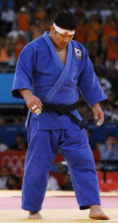 한국 남자 유도 대표팀의 '맏형' 황희태(34·수원시청)가 2012 런던올림픽 남자 유도 100㎏급에서 '붕대투혼'에도 불구하고 아쉬운 노메달에 그쳤다.