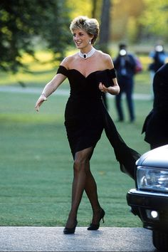 """Another pinned said-Princess Diana in the dress that she deliberately wore on the day that Prince Charles did his TV interview in which he announced to the world that he """"had never loved her."""" One of my favorite dresses and pictures of Lady Di Princess Diana Dresses, Princess Diana Fashion, Princess Diana Photos, Princess Diana Revenge Dress, Princess Charlotte, Princess Diana Pregnant, Princess Diana And Charles, Princess Diana Death, Princess Diana Family"""