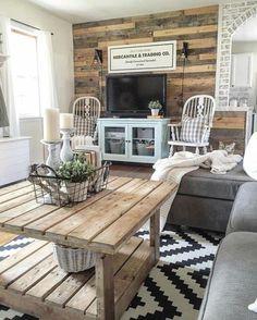 deco campagne chic avec des elements rustiques, table en bois, tapis en noir et blanc, formes géométriques, canapé gris, mur d accent en planches de bois, panneau decoratif