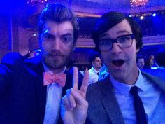 Aaaaaand Link is making the peace sign and Rhett is wearing a bow tie. My life is complete