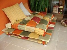 Pallet Couch - I'm going to make this for our dogs for the screened porch redo.