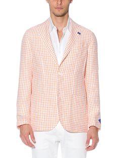 「RING JACKET(リングヂャケット)」は、1954年に大阪で創業した日本国内随一のスーツファクトリー。高級紳士服といえば100%がテーラーであつらえたものだった時代に、「注文服のような着心地の既製服」を目指して生まれました。既製服が主流である現代を考えると、まさに時代の先駆者といえるブランド。このほかにも、どこよりも早くイタリアの服作りを取り入れるなど、常に日本のスーツスタイルに革新をもたらしてきた「RING JACKET」。創業時から築いてきた歴史、卓越した技術と良質の素材が、最高の着心地を実現させています。