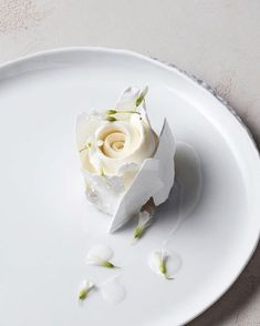 Loving this delicate rose cake for a played dessert! Loving this delicate rose cake for a played dessert! Loving this delicate rose cake for a played dessert! Beaux Desserts, Fancy Desserts, Wedding Desserts, Gourmet Desserts, Gourmet Foods, Wedding Gifts, Food Design, Simple Muffin Recipe, Plated Desserts