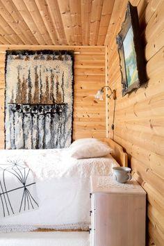 Makuuhuone on mökin valoisin. Tämäkin hieno ryijy löytyi kirpparilta. Wooden House, Log Homes, Country Style, Beach House, Bedroom Decor, Cottage, Tapestry, Diy Crafts, Curtains