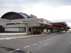 Pittsburgh International Airport. Flew through here several times between 1997 and 2002. It can seem complicated, but it's not so bad once you figure it out. They have a mall.