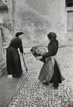 Henri Cartier-Bresson Scanno, Italy 1951 Look how clean she keeps the stone street! Henri Cartier Bresson, Magnum Photos, Candid Photography, Street Photography, Greece Photography, Black White Photos, Black And White Photography, Vintage Photographs, Vintage Photos