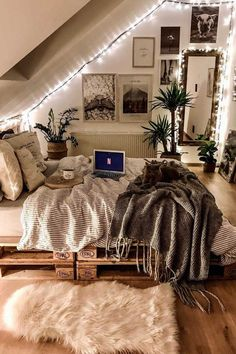 Small Home Interior 52 Comfy Attic Bedroom Design And Decoration Ideas bedroom Home Interior 52 Comfy Attic Bedroom Design And Decoration Ideas bedroom Cute Room Decor, Teen Room Decor, Dorm Room Themes, College Bedroom Decor, Modern Room Decor, Bedroom Themes, Home Decor, Room Ideas Bedroom, Bedroom Inspo