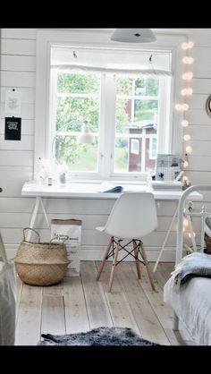 Coin bureau face à la fenetre décoration d'intérieur  chaise eames coin bureau blanc bois clair parquet panier osier maison du monde guirlande