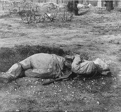 ¿Qué parece?  Se podría decir que se trata del cuerpo de un soldado, aparentemente muerto, o en el mejor de los casos herido, en el campo de batalla. Si eres de los que sabe mucha historia quizás te percatarías de que el uniforme que viste es el del ejército británico durante la Primera Guerra Mundial. Luego misterio resuelto, es un soldado británico abatido en el frente.