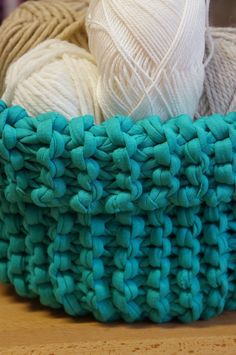 Kukuruku - Shop: Návod na pletený košík ze špagetové příze Recycled T Shirts, T Shirt Yarn, Merino Wool Blanket, Knit Crochet, Throw Pillows, Knitting, Crochet Baskets, Toss Pillows, Cushions