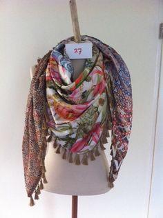 Prachtige handgemaakte sjaal van zijde satijnen stoffen met franje of bolletjes band.  Aan twee kanten draagbaar, beide kanten ander motief  gro...