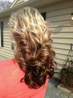 pretty curls nut I loooove the color :) I don't know if I can pull of any blonde on my head though :/