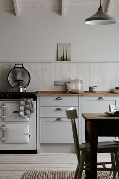 Whether your kitchen is modern or traditional look, there is an endless option for your kitchen backsplash ideas to match it. The kitchen backsplash is a must, functionally and aesthetically Rustic Kitchen, Country Kitchen, New Kitchen, Kitchen Decor, Kitchen Ideas, Stylish Kitchen, Closed Kitchen, Home Interior, Kitchen Interior