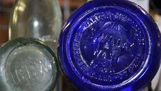 How to Identify Genuine Antique Decanters Antique Glass Bottles, Bottles And Jars, Perfume Bottles, Bottle Maker, Vintage Bottles, Bottle Crafts, Liquor, Flea Markets, Vintage Pyrex