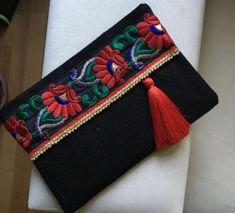 Etnik Çiçek İşlemeli Siyah Çanta