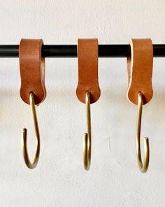 Ludlow Leather Hooks / Set 6 2019 Lostine Ludlow Leather and Brass Hook The post Ludlow Leather Hooks / Set 6 2019 appeared first on Curtains Diy. Pot Mason Diy, Mason Jar Crafts, Mason Jars, Deco Cuir, Diy Hanging Shelves, Ideias Diy, Brass Hook, Mason Jar Lighting, Leather Projects
