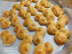 Στην Κρήτη τα λέμε τσουρεκάκια αμμωνίας!   Το έχω ξαναγράψει ότι στα μέρη μας οι ονομασίες είναι ανάποδες: τσουρεκάκια λέμε τα κουλουράκια του Πάσχα και αυγοκούλουρα ή ψωμιά πασχαλινά λ… Greek Desserts, Greek Cooking, Healthy Deserts, Zucchini Bread, Apple Crisp, Holiday Baking, Us Foods, Pretzel Bites, Sweet Recipes