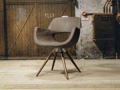 Leren eetkamerstoel Gargano met houten spijlpoten, leverbaar in diverse kleuren in zowel leer als stof. Showrooms in Hardinxveld-Giessendam en Utrecht