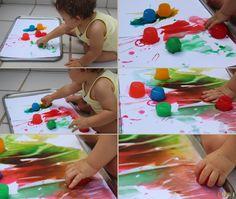arte para bebês com gelo colorido - Gabi pintando