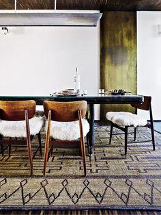 Cadeira Estofada e Tapete em Sala de Jantar
