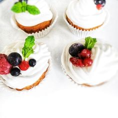 Cupcakes kokosowe🥥, nasączone KONFITURĄ z MORELI🍊 /czekoladą🍫, przełożone kremem o smakulodów waniliowych🍦  #bezcukru #transfatfree… Vegan Cake, Cheesecake, Desserts, Food, Cheesecake Cake, Tailgate Desserts, Deserts, Raw Vegan Cake, Vegan Pie