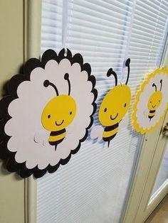 Bumble bee ceiling hanger, bumble bee baby shower, bumble bee decoarations, Bumble Bee What will it BEE shower banner Bumble bee techo suspensión ducha de bebé de bumble bee Bee Crafts, Crafts For Kids, Summer Crafts, Baby Shower Cupcakes Neutral, Bumble Bee Cupcakes, Bumble Bee Birthday, Bee Party, Shower Banners, Bee Theme
