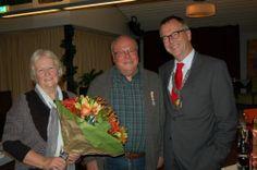 Op de foto: de heer Wolters geflankeerd door zijn vrouw (links) en burgemeester De Ruiter (rechts). Woensdag 11 december 2013 is de heer Koos (J.A.A.) Wolters gedecoreerd. Hij is door Zijne Majesteit de Koning benoemd tot Lid in de Orde van Oranje Nassau vanwege zijn bijzondere inzet voor en grote betrokkenheid bij de ouderen in #Zevenaar.
