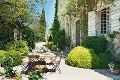 Al centro di un piccolo borgo del Luberon, a soli 5 minuti da Bonnieux, questa magnifica Bastide del XVIIIsecolo è stata completamente rinnovata maha mantenuto intatta tutta la sua autenticità. Circondata daun bellissimo giardinodi 3.000 m² con alberi da frutto e piante mediterranee, gode di una