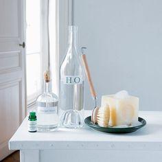 Désinfectant maison à faire soi-même. Copeaux de savon de Marseille, le jus d'un citron, 1 verre de vinaigre blanc, 1 cuillère à soupe d'huile essentielle d'eucalyptus, 4 litres d'eau.