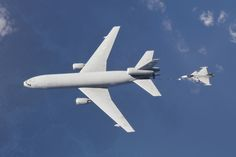 Jas 39 Gripen lufttankar med en amerikansk KC-10.