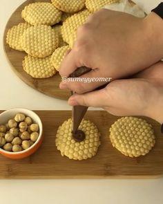 İyi akşamlar💕 @sumeyyeomer Çok şeker kurabiyeler yaptım bugün😊 Petek şeklinde, fındıklı harika oldu😍 Heryerde bulabileceğiniz silikon…