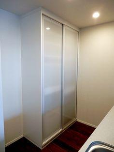 食器棚 サイズ:W1250×550×H2320家具本体税抜き価格:¥350,000.-  主な仕上げ:ポリエステル化粧合板・アルミ引き戸 金物:ラインハンドル・スライドレール・棚受けダボ・上下レール
