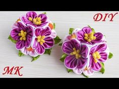 Elastics with flowers \ kanzash. Kanzashi Flowers, Felt Flowers, Fabric Flowers, Paper Flowers, Kanzashi Tutorial, Flower Tutorial, Origami Gift Bag, Felt Crafts Patterns, Ribbon Embroidery Tutorial