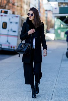 Pair cropped wide-leg pants with ankle boots for an ideal spring look. Here are 15 outfit ideas to get you started. How To Wear Sweatpants, How To Wear Hoodies, How To Wear Leggings, Wide Trousers, Wide Leg Cropped Pants, Wide Leg Jeans, Wide Pants Outfit, How To Wear Culottes, How To Wear Ankle Boots