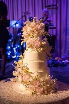 Cascading Sugar Flowers    Photography: Ira Lippke Studios   Read More…