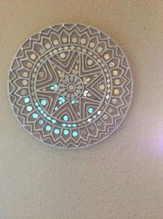 For my mandala mirror: iridescent mosaic Mirror Painting, Mirror Art, Art N Craft, Diy Art, Art Installation, Indian Art Paintings, Sad Paintings, Clay Wall Art, Clay Art Projects