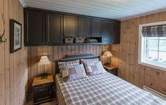 Roger's Cabin Page Die fertige Kabine Cottage Interiors, Winter House, Home Staging, Log Homes, Home Bedroom, Decoration, Furniture, Home Decor, Guest Bed