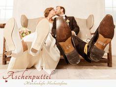 """Fotografin: Aschenputtel - Märchenhafte Hochzeitsfotos. Der Blick für's Detail: Schuhe mit Aufdruck """"Ich will!"""" :) Mehr zur Hochzeitsfotografin aus Absam / Tirol: http://hochzeits-fotograf.info/hochzeitsfotograf/aschenputtel-marchenhafte-hochzeitsfotos"""