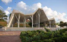 Trauerhalle in Pardesia - Gefaltetes Sichtbetondach auf baumartig verästelten Stahlstützen - Objekte - Beton.org