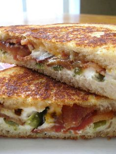 Jalapeno Popper Grilled Cheese - Mix cream cheese, bacon & chopped jalapenos together then grill.this would be fat kid snack! Think Food, I Love Food, Good Food, Yummy Food, Soup And Sandwich, Sandwich Recipes, Grill Sandwich, Sandwich Ideas, Beste Burger