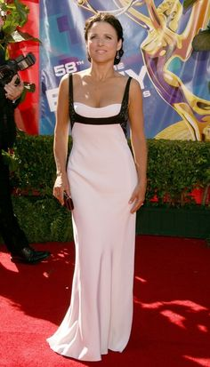 Julia Louis-Dreyfus Evening Dress - Julia Louis-Dreyfus was all glammed up in a sophisticated black-and-white evening dress at the Emmy Awards. Jennifer Aniston Friends, Burgundy Gown, Casual Couture, Julia Louis Dreyfus, Female Stars, Feminine Style, Muse, Ball Gowns, Evening Dresses