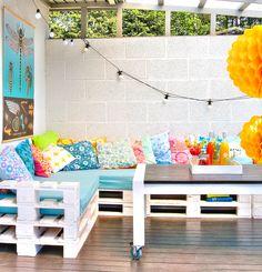 pallet sofa + colorful pillows #decor #paletes #varanda