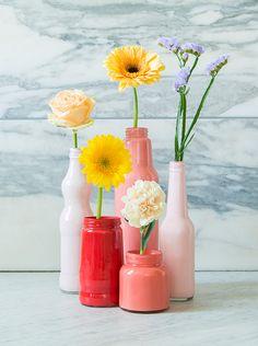 DIY: Kleurrijke verfvazen van gerecycleerde flessen